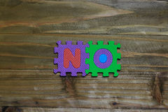 Kreuzworträtsel-Blockschrift mit hölzernem Hintergrund Stockbild