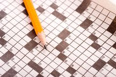 Kreuzworträtsel mit Bleistift lizenzfreie stockbilder