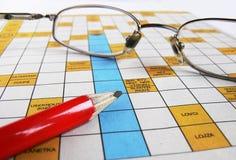 Kreuzworträtsel mit Gläsern stockbilder