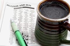 Kreuzworträtsel und Kaffee Lizenzfreies Stockfoto
