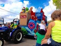 Krewe von Argus Mardi Gras Winn-Dixie Float lizenzfreie stockbilder