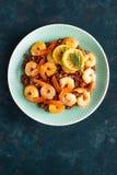 Krewetki piec na grillu i gotowali się brown ryż na talerzu Piec na grillu garnele, krewetki z ryż Owoce morza kuchnia azjatykcia Fotografia Royalty Free