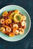 Krewetki piec na grillu i gotowali się brown ryż na talerzu Piec na grillu garnele, krewetki z ryż Owoce morza kuchnia azjatykcia Zdjęcia Stock