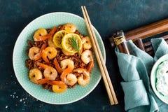 Krewetki piec na grillu i gotowali się brown ryż na talerzu Piec na grillu garnele, krewetki z ryż Owoce morza kuchnia azjatykcia Fotografia Stock
