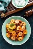 Krewetki piec na grillu i gotowali się brown ryż na talerzu Piec na grillu garnele, krewetki z ryż Owoce morza kuchnia azjatykcia Zdjęcie Stock