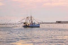 Krewetkowa łódź przy Uroczystą wyspą, Luizjana fotografia stock