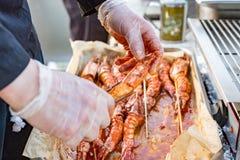 Krewetkowy surowy w marynacie z czosnkiem i kumberlandem na skewers wysuszony jedzenie Żywienioniowy lub jarski naczynie fotografia royalty free