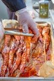 Krewetkowy surowy w marynacie z czosnkiem i kumberlandem na skewers wysuszony jedzenie Żywienioniowy lub jarski naczynie obraz stock