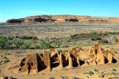 Krewni Kletso ruiny w ranku Zaświecają od jaru obręcza, Chaco jaru Krajowy Dziejowy park, Nowy - Mexico zdjęcie royalty free