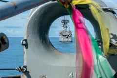 KRI Oswald Siahaan 354, clase corbeta de Ahmad Yani de la marina de guerra indonesia navega delante de otra nave fotografía de archivo libre de regalías