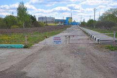 KRICHEV,白俄罗斯- 2017年5月12日:给对大厦车间装门 免版税库存图片