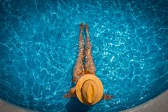 Kricka- och apelsinlynne av strandsoluppgång med tappninglivräddareträtornet royaltyfria bilder
