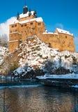 Kriebstein slott under insnöade Sachsen Arkivbild
