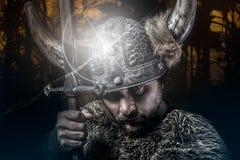 Krieg, Viking-Krieger, Mann kleidete in der barbarischen Art mit Klinge an, Lizenzfreie Stockfotos
