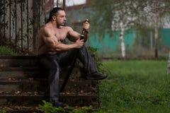 Krieger betet für keinen Klingen-Kampf Stockfoto