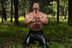Krieger betet für keinen Klingen-Kampf Lizenzfreie Stockbilder