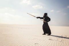 Krieger in der traditionellen Rüstung für kendo bildet die rechte Position aus Lizenzfreies Stockfoto