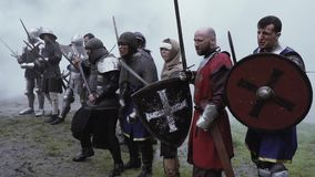 Krieger des mittelalterlichen Alters stehen vor dem Kampf im Rauche stock video footage
