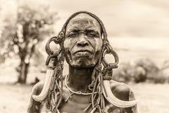 Krieger vom afrikanischen Stamm Mursi, Äthiopien stockfotos