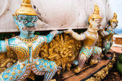 Kriegersstatuen, die stupa schützen stockbild