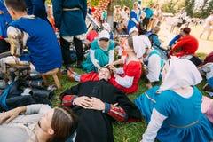Kriegersteilnehmer, die im Schattenbaum VI des Festivals von m stillstehen Lizenzfreie Stockfotografie