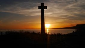 Kriegs-Denkmal genommen gegen die untergehende Sonne auf einem clifftop in England Stockbild