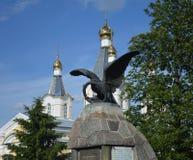 Kriegs-Monument in Kobrin Weißrussland, eine orthodoxe Kirche auf dem Hintergrund Lizenzfreies Stockbild