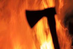 Kriegsbeilschattenbild und -höllenfeuer Stockbild