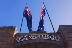 Kriegsdenkmal mit Australier und Neuseeland-Flaggen Lizenzfreie Stockbilder