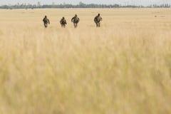 Kriegsgebiet mit laufenden Soldaten Stockbilder