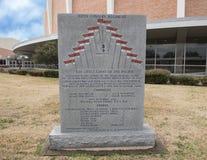 Kriegsmonument zum 112. Kalvarienberg-Regiment im Veteranen-Erinnerungsgarten mit Dallas Memorial Auditorium im Hintergrund Lizenzfreies Stockfoto