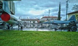Kriegsmuseum in Athen, etwas von den Jets und der Waffenkammer benutzt vom Griechen im Krieg außerhalb des Museums stockbild