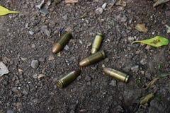 Kriegspatronen auf der Straße liegen herum stockfotos