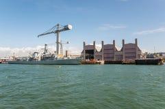 Kriegsschiff angekoppelt am Hafen Stockbild