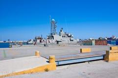 Kriegsschiff in einem Hafen von Rhodos, Griechenland. lizenzfreie stockbilder
