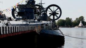 Kriegsschiff weg vom Pier stock video footage