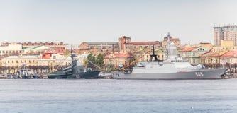 Kriegsschiffe auf dem Neva in Erwartung der Militärparade Stockfotografie