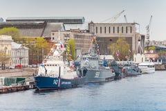 Kriegsschiffe steht auf Neva River Stockbild