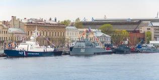 Kriegsschiffe steht in Folge auf Neva River Stockbild