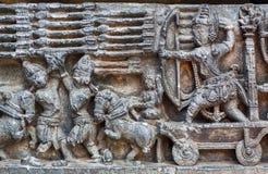 Kriegsszene mit Armee von Soldaten mit Bogen, Pfeilen und anderer Waffe Grafik 12. centur Hoysaleshwara-Tempels in Indien Lizenzfreies Stockbild