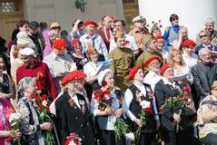 Kriegsveteranen und junge Leute stehen zusammen Stockfoto