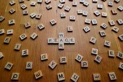 Krig- och fredbokstäver Arkivbilder