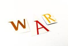 Krig - utklipp uttrycker collage av blandade tidskriftbokstäver med vit bakgrund arkivbild