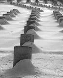 Kriga kyrkogården i snow royaltyfri foto
