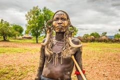 Krigare från den afrikanska stammen Mursi, Etiopien royaltyfri foto