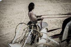 Krigare romersk triumfvagn i en kamp av gladiatorer, blodig cirkus Royaltyfria Foton