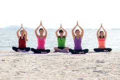 Krigaren för danande för den Asien folkgruppen poserar på stranden, kondition, sport, yoga och sund livsstil royaltyfri foto