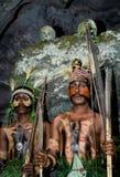 Krigarestam Yaffi i krigmålarfärg med pilbågar och pilar i grottan New Guinea ö Royaltyfri Bild