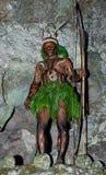 Krigarestam Yaffi i krigmålarfärg med pilbågar och pilar i grottan New Guinea ö Royaltyfri Foto