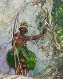 Krigarestam Yaffi i krigmålarfärg med pilbågar och pilar i grottan New Guinea ö Royaltyfria Foton